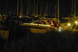 Motorboot mit Lichterketten
