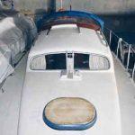 Blick auf das DECK einer Dehler Optima 830 von vorne im Winterlager ohne Mast