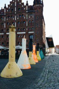Betonnung in Stralsund am Hafen auf der Straße