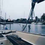 Blick aus dem Boot in der Schleuse Kiel-Holtenau. Es regnet.