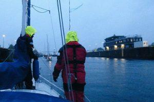 Einschleusen am frühen Morgen in Kiel-Holtenau mit dem Segelboot