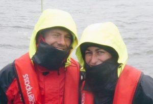 Freunde im Regen auf den Nord-Ostsee-Kanal. Dick eingepackt in Ölzeug.