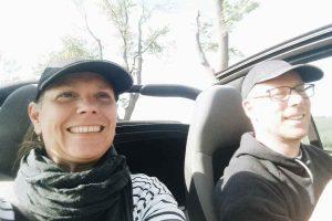 Marion & Christoph fahren mit offenem Cabrio