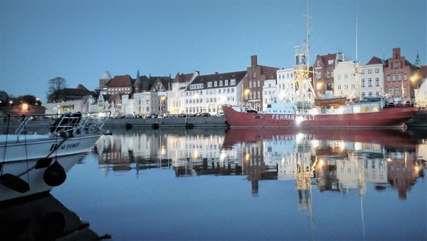 Stadthafen Lübeck am Abend mit Leuchtschiff