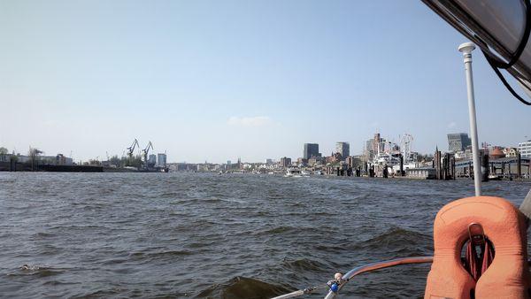 Hamburg von der Elbe aus gesehen