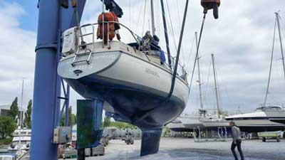 Segelboot Dehler Optima am Hafenkran