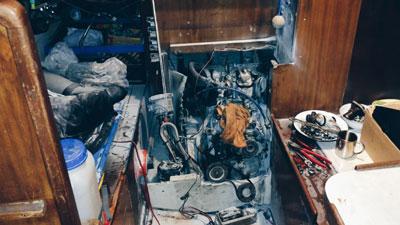 Innenraum eines Boots nach Feuerlöschereinsatz