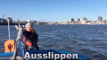 Seglerin auf Segelboot mit Hafen von Hamburg | HAFENKINO.blog