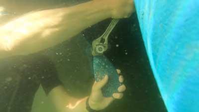 Anbringen eines Propellers unter Wasser