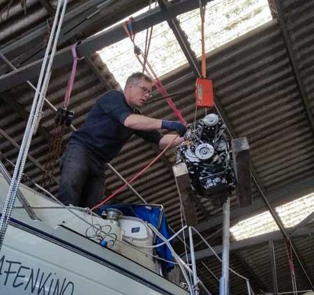 Foto - Einheben eines Innenbord Motors