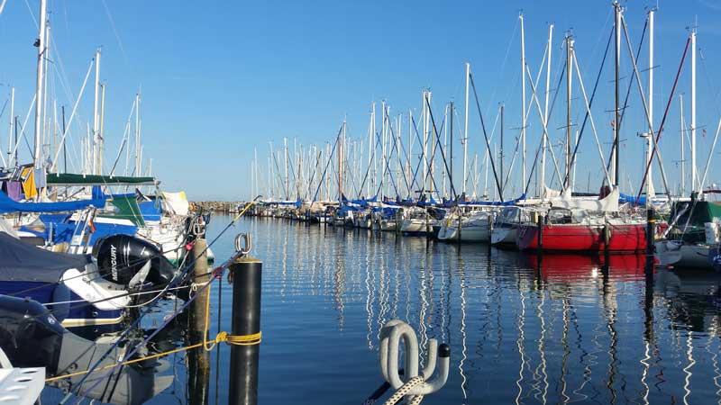 Segelboote im Hafen von Grömitz am Morgen